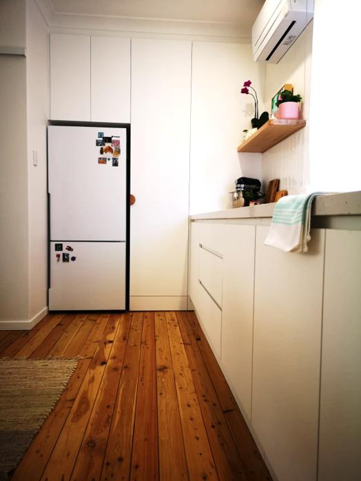 White handleless kitchen cabinet doors
